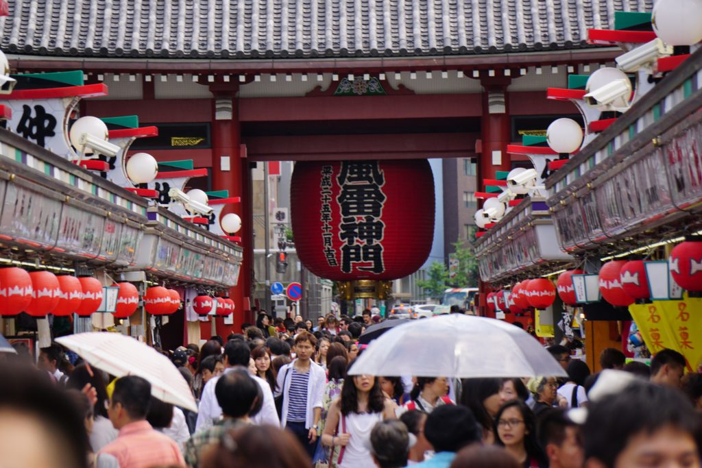 Crowds of people walking towards a temple in Asakusa (Tokyo)