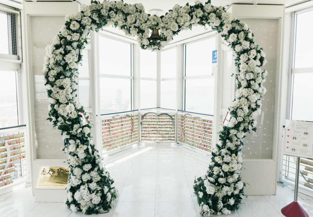 A heart arch made of flowers at Fukuoka Tower.